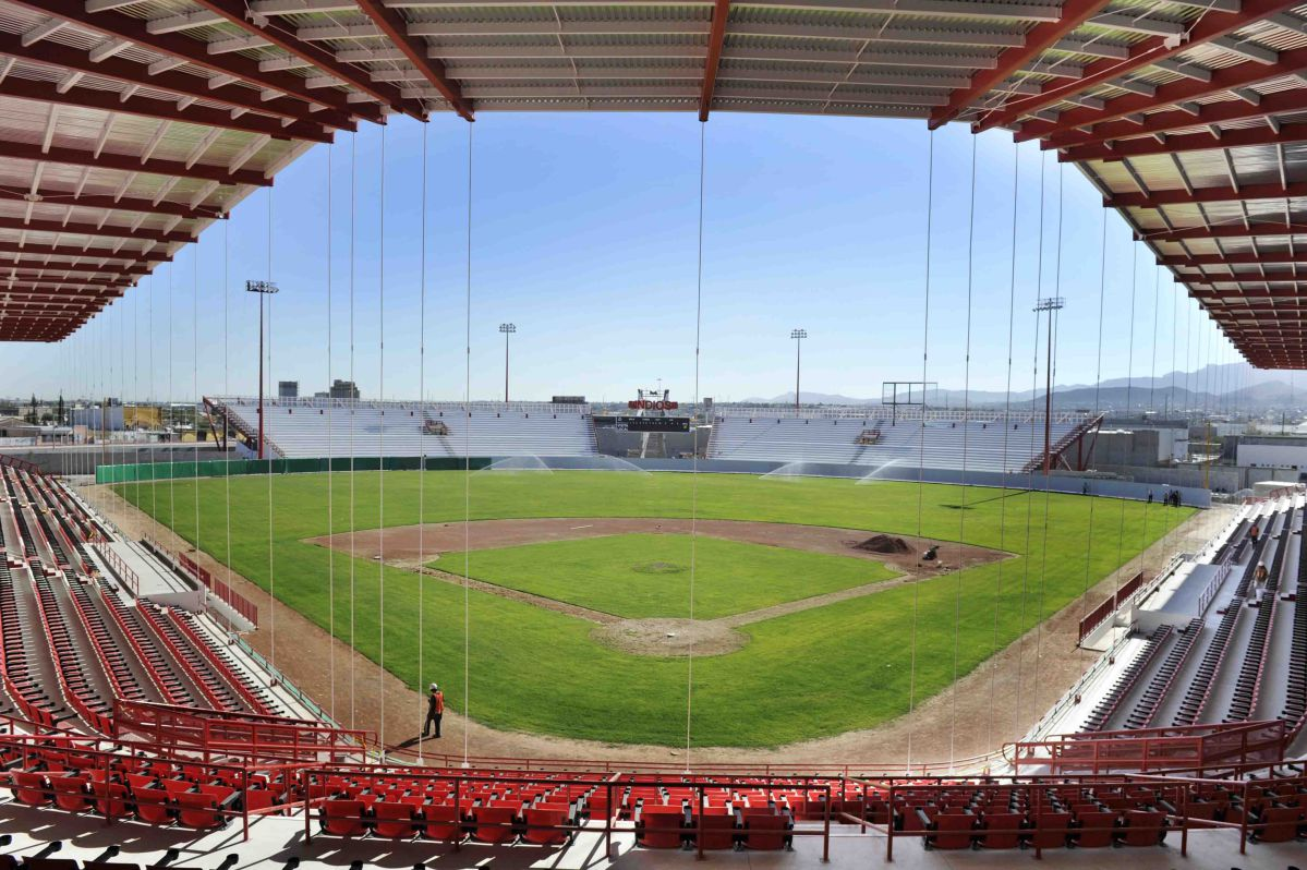 CIUDAD JUAREZ, CHIH. 06 NOVIEMBRE DE 2012 // Ya casi esta listo el nuevo estadio de Beisbol el cual esta programado a inaugurarse con un concierto de Juan Gabriel. El Gobernador del Estado junto con autoridades de gobierno hicieron un recorrido en las nuevas instalaciones. FOTO: GABRIEL CARDONA