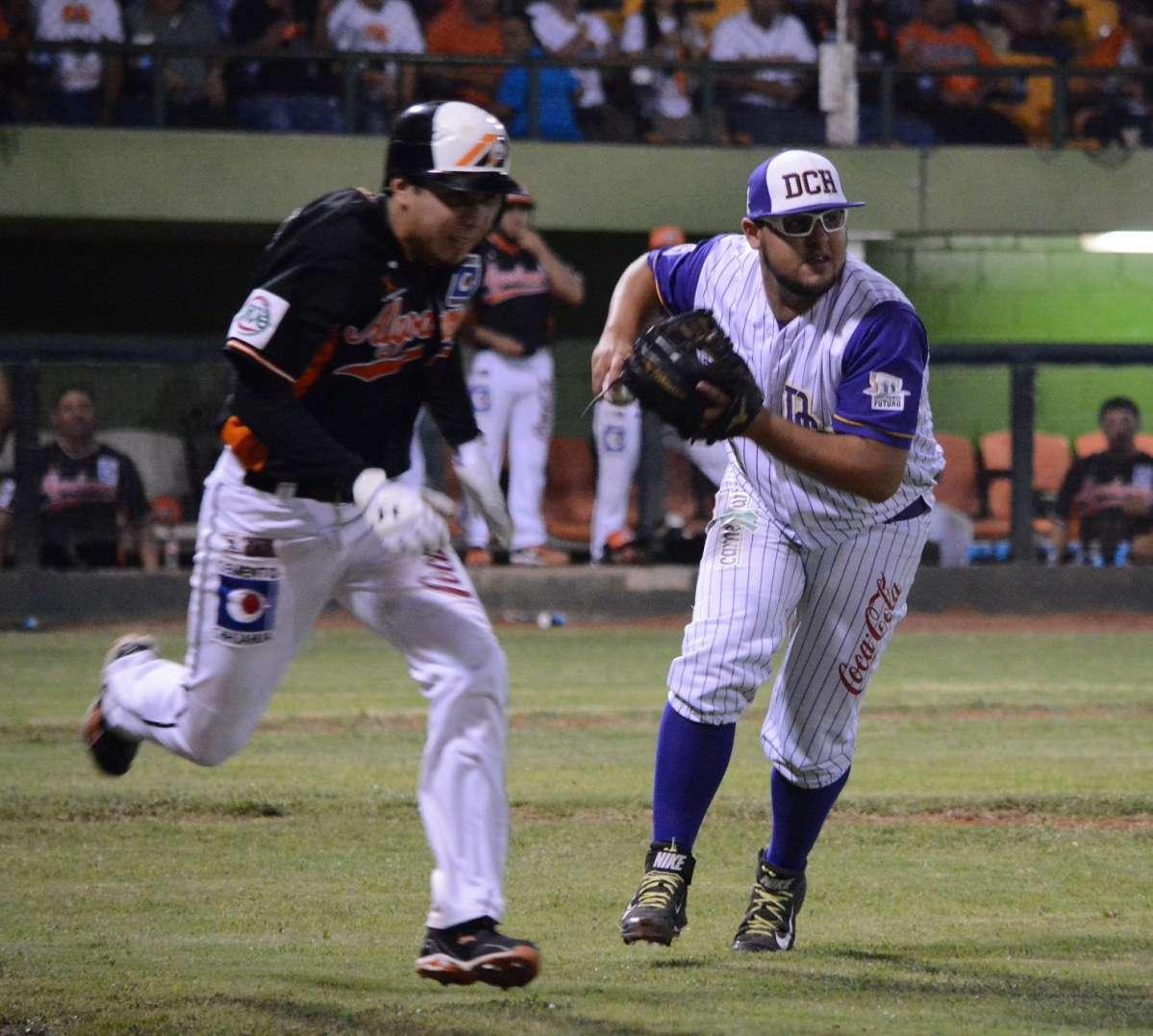 Felipe Hernandez saca el out